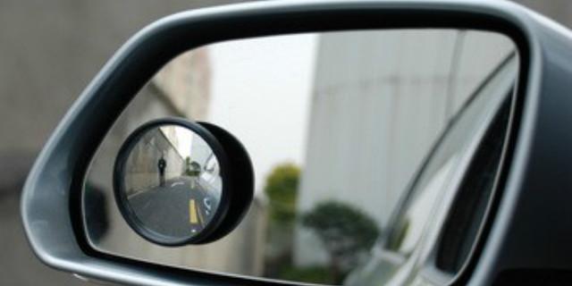 1视线盲区 首先,大家看一下,由于视线盲区的缘故酿成的惨案画面: (友情提示,画面可能会引起身体不适)  盲区是一个很可怕的东西,事小可能造成财产损失,事大则会伤及人命。为了大家在日常中的行车方便,以及自己和他人的人身安全,小编给大家介绍这个神器后视小圆镜。 2后视小圆镜到底有没有用?  百科:后视小圆镜是一种保证驾驶安全,增大驾驶员观察视角,超车和变道的理想辅助产品。那么,它到底有哪些实际作用呢? 1.